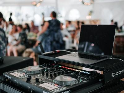 Co ustalić z DJ na wesele i o co go pytać?